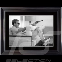 Poster Steve McQueen Gun Sofa Palm Springs 1963 Cadre luxe Luxury frame Luxus Rahmen 74 x 94